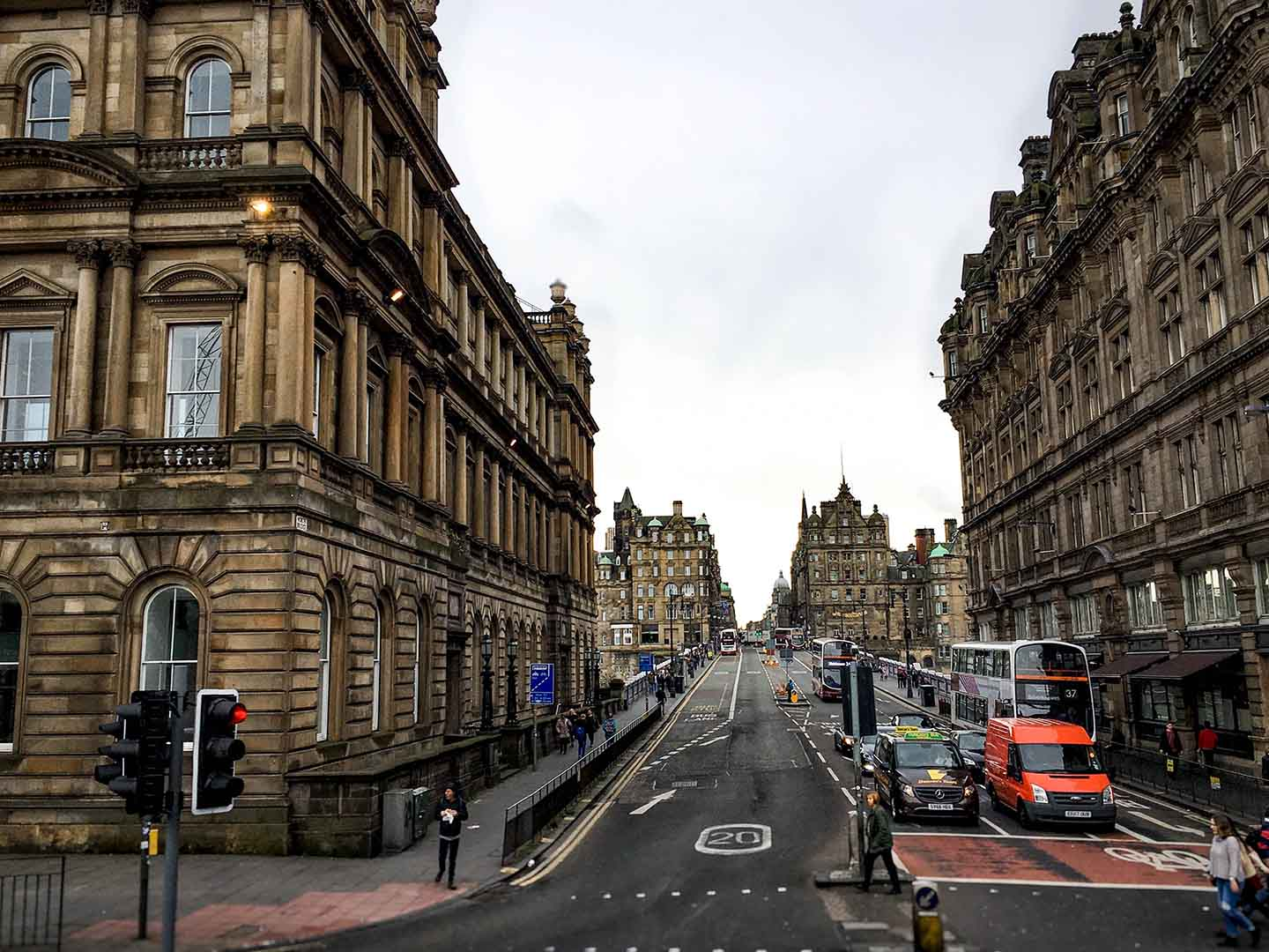 Edinburgh's city streets, seen from a Hop-on hop-off bus tour | Image © ExpatAlli.com