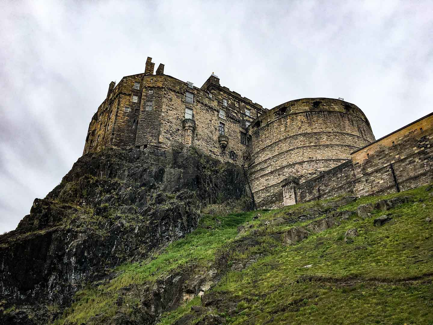 Edinburgh Castle, viewed from a Hop-on Hop-off bus | Image © ExpatAlli.com