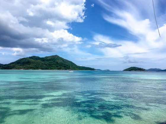 Image of clear turquoise water on Praslin Island | Image © ExpatAlli.com