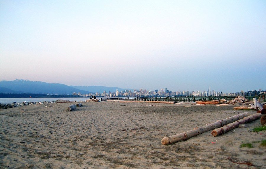Image of a beach in Vancouver's Kitsilano neighbouthood