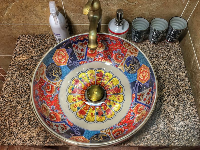 Colourful hotel sink | Image © ExpatAlli.com