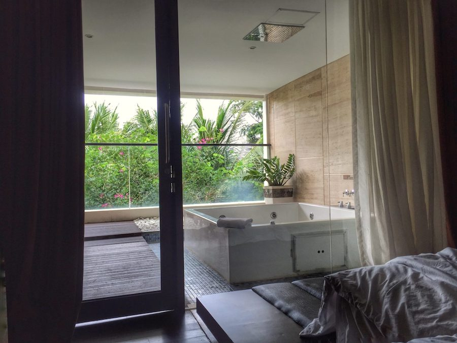 Hotel room with jacuzzi tub | Image © ExpatAlli.com