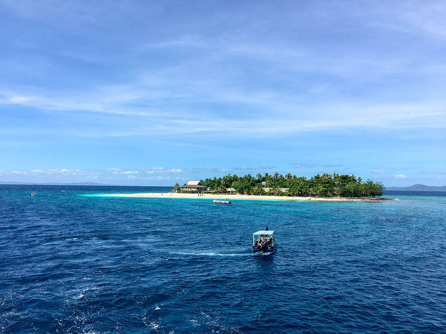 Small boat taking passengers to a small island in Fiji | Image © ExpatAlli.com